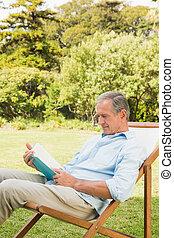 feliz, livro, leitura, homem maduro