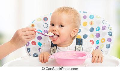 feliz, mãe, alimenta, engraçado, bebê, de, colher