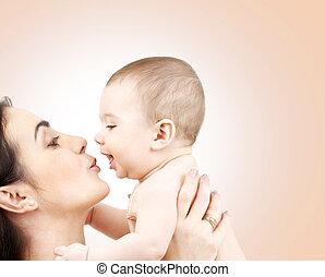 feliz, mãe, beijando, adorável, bebê