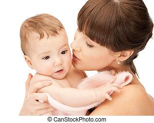 feliz, mãe, beijando, bebê
