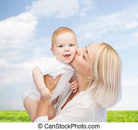feliz, mãe, beijando, bebê sorridente