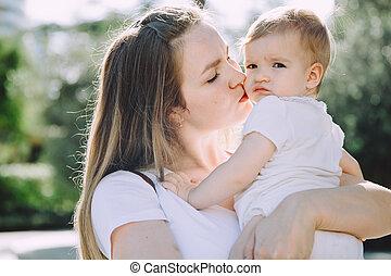 feliz, mãe, beijando, dela, adorável, pequeno, filha