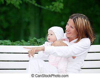 feliz, mãe, com, bebê, banco