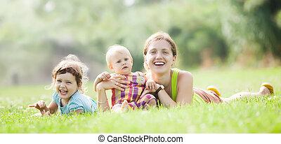 feliz, mãe, com, duas crianças