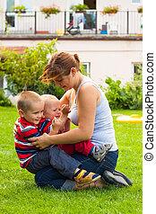 feliz, mãe jogando, com, crianças