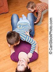 feliz, mãe jogando, com, crianças, chão
