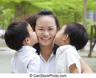feliz, mães, day., dois, crianças, beijando, mãe