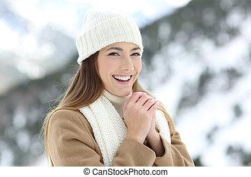 feliz, mãos, mulher, inverno, aquecimento