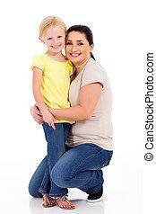 feliz, madre, abrazar, poco, hija