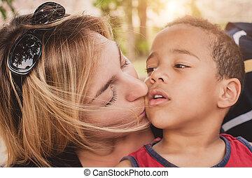 feliz, madre, besar, ella, poco, hijo