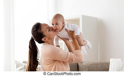 feliz, madre, besar, poco, bebé, niño, en casa