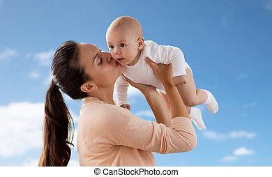 feliz, madre, besar, poco, bebé, niño, encima, cielo