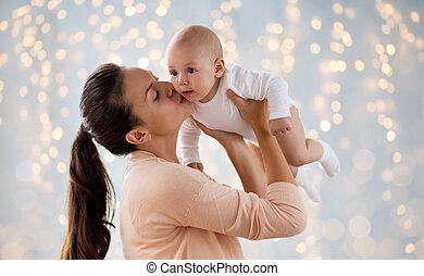 feliz, madre, besar, poco, bebé, niño, encima, luces