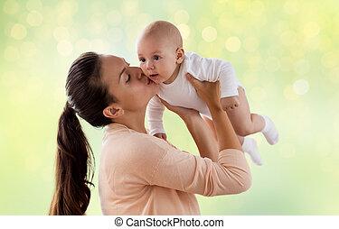 feliz, madre, besar, poco, bebé, niño, encima, verde