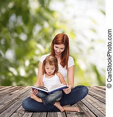 feliz, madre, con, adorable, niña, y, libro