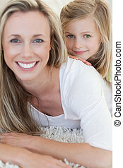 feliz, madre e hija, sobre el piso