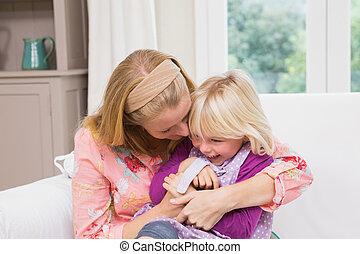feliz, madre e hija, sofá