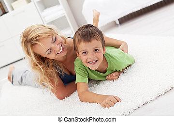 feliz, madre e hijo, juego, en, el, sala