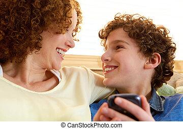 feliz, madre, el mirar, ella, sonriente, hijo