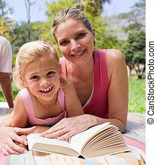 feliz, madre, y, ella, hija, lectura, en, un, parque