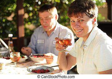 feliz, maduras, família, desfrutando, jantar, outdoors.