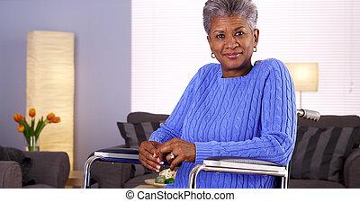 feliz, maduras, mulher preta, sentando, em, cadeira rodas