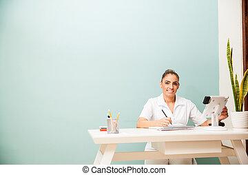 feliz, masseuse, em, um, escrivaninha dianteira
