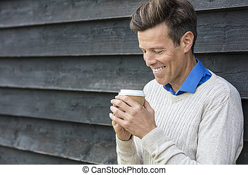 feliz, meio envelheceu, homem bebe café