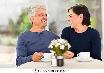 feliz, meio envelheceu, par, desfrutando, chá