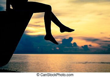 feliz, menina adolescente, sentando praia, em, a, alvorada, tempo