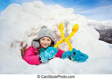 feliz, menina, com, amarela, snowmaker, em, a, neve, igloo