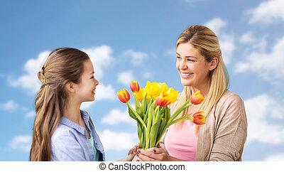 feliz, menina, dar, flores, para, mãe, sobre, céu azul