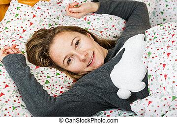 feliz, menina, descansar, cama