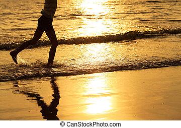 feliz, menina, executando, praia