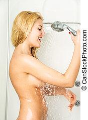 feliz, menina, fazendo exame um chuveiro