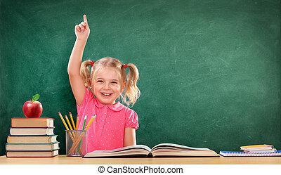 feliz, menina, levantando mão, em, a, sala aula