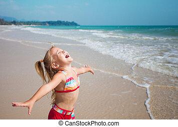 feliz, menina, levantando praia