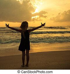 feliz, menina, levantando praia, ligado, a, alvorada, tempo