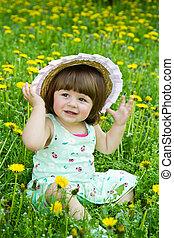 feliz, menina, ligado, a, prado, com, flores brancas