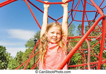 feliz, menina, pendurar, vermelho, corda, de, rede, exterior