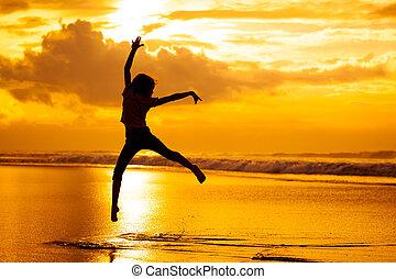 feliz, menina, pular, praia, ligado, a, alvorada, tempo