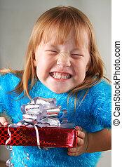 feliz, menina, segurar um presente, caixa