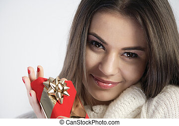 feliz, menina, segurar um presente