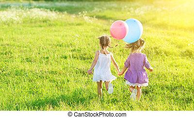 feliz, meninas, gêmeo, irmãs, com, balões, em, verão, campo, ligado, natureza