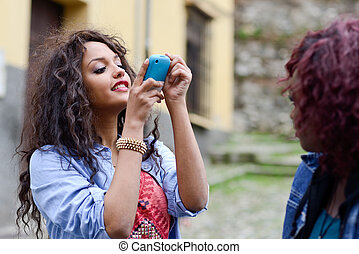 feliz, meninas jovens, fazendo exame retratos, de, sees, através, cellphone