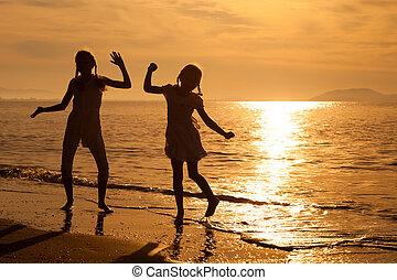 feliz, meninas, pular, praia
