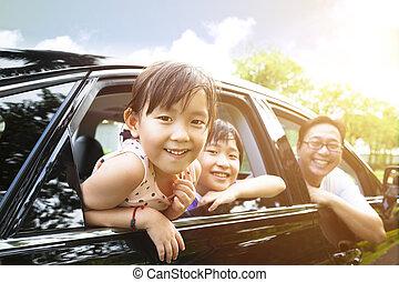 feliz, menininha, com, família, sentando, carro
