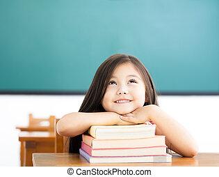 feliz, menininha, com, livros, e, pensando, em, sala aula