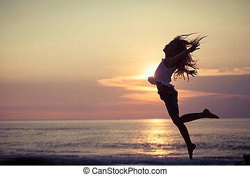 feliz, menininha, pular, praia