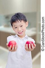 feliz, menino asian, com, maçãs, cozinha